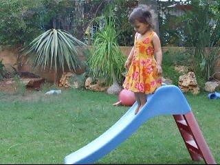 2/8/08 - סיון בת שנתיים וחצי. בגינת הבית יורדת בריצה מהמגלשה