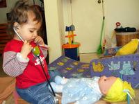 20/5/08- סיון משחקת ברופא וחולה עם הבובה שלה